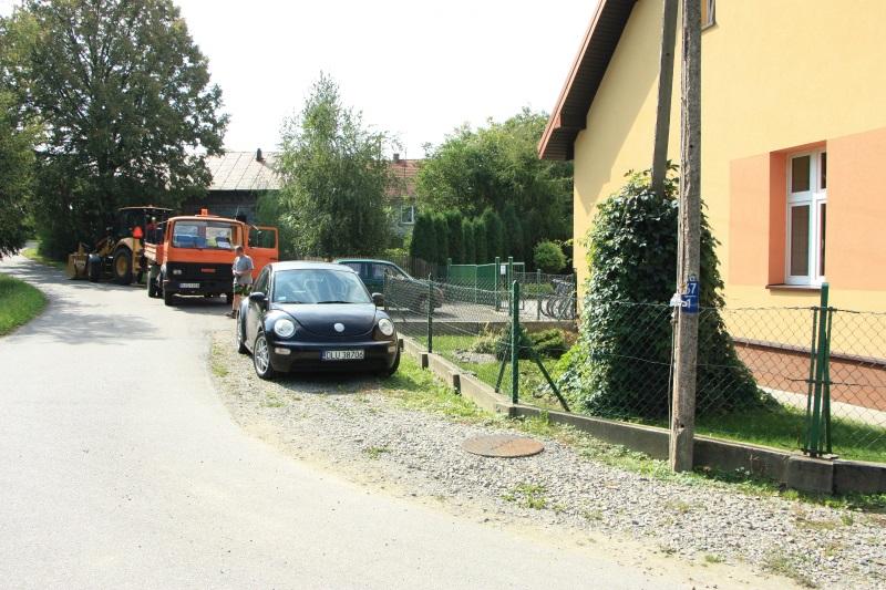 Trwają prace nadbudową chodnika przy szkole wDuląbce